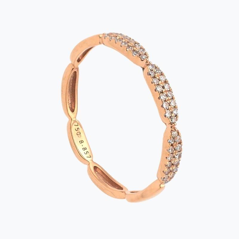 Media alianza de oro rosa con diamantes en pavé