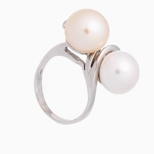 Sortija de  oro blanco con dos perlas