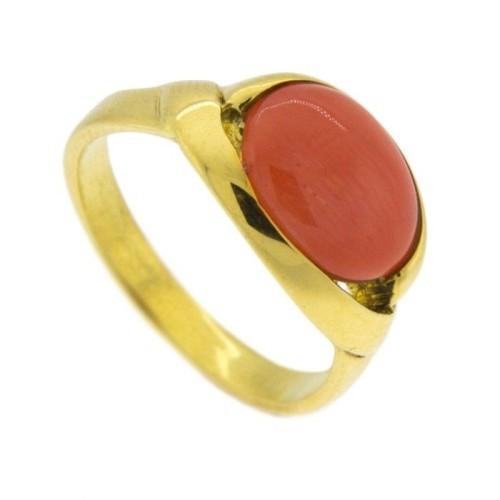 Sortija de oro amarillo y coral rojo de forma ovalada