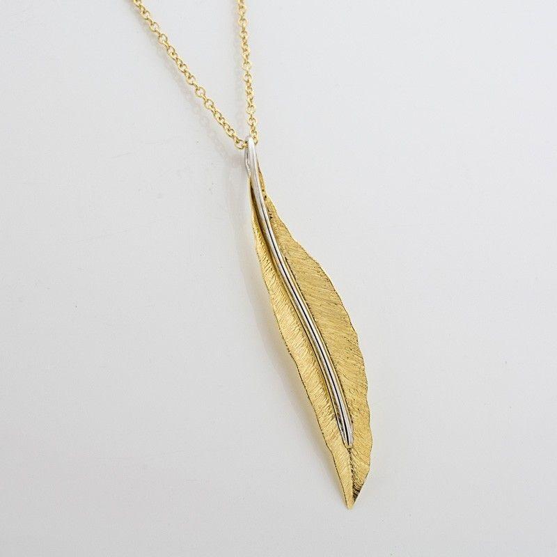 Colgante de oro en forma de pluma