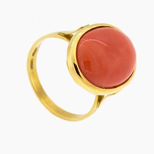Sortija de oro amarillo y coral rojo